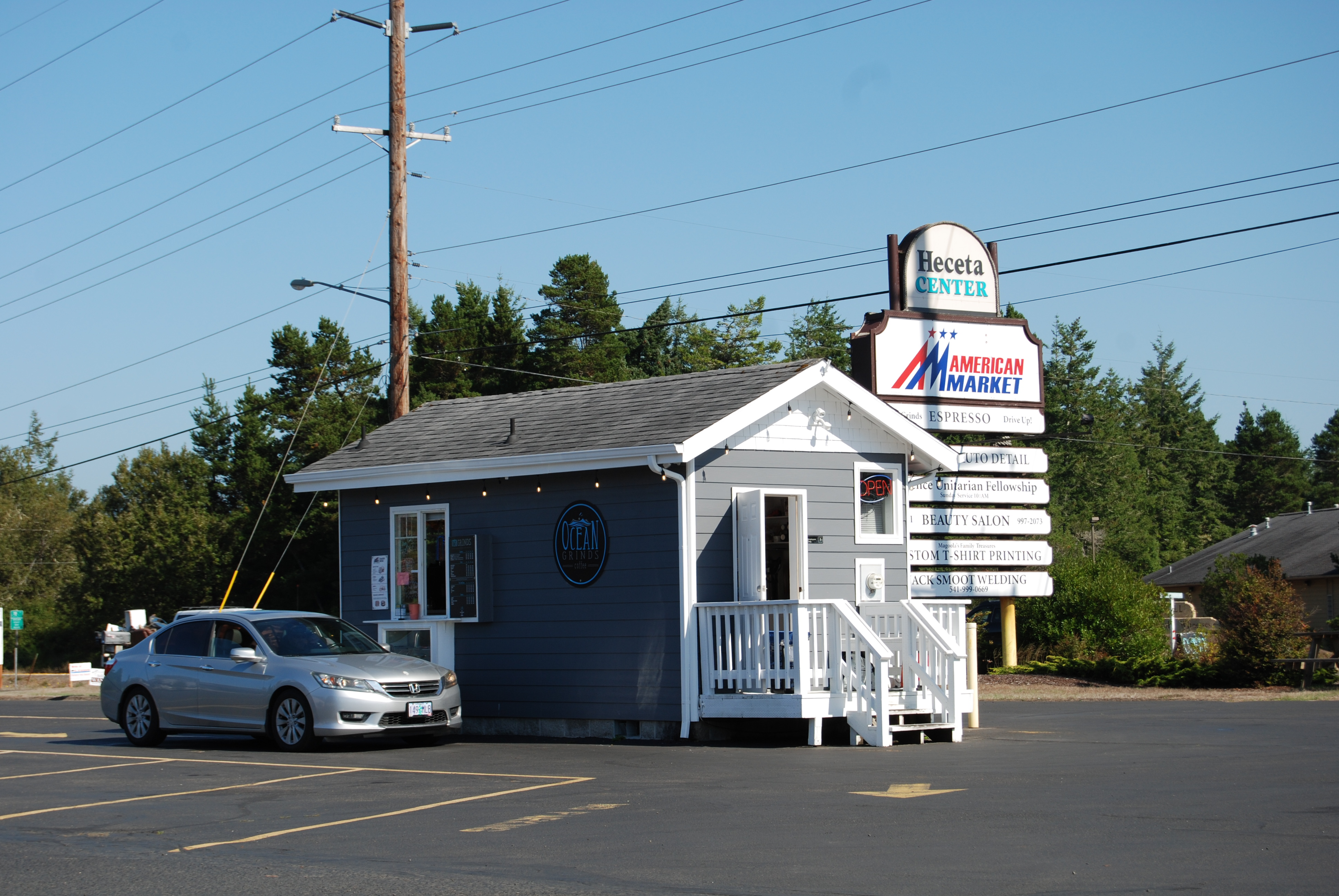 Coffee kiosk with trained staff on Highway 101